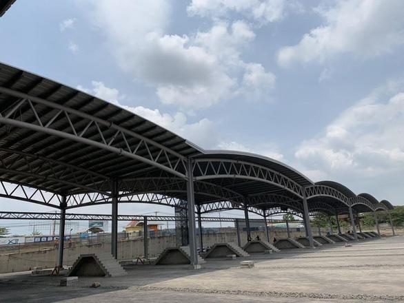 Nhà thầu đang hoàn thiện mái nhà ở Depot Long Bình, quận 9