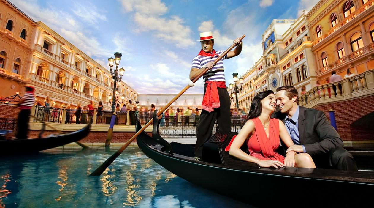 """Gia chủ có thể trải nghiệm """"chất"""" Venice qua những chiếc gondola ngay tại kênh đào sau nhà"""